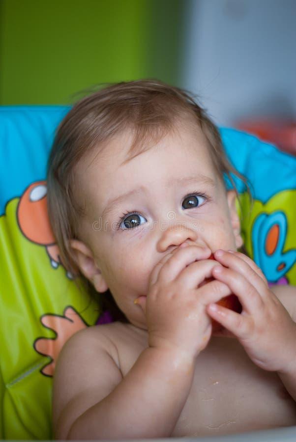 Μωρό που τρώει ένα ροδάκινο στοκ φωτογραφία με δικαίωμα ελεύθερης χρήσης