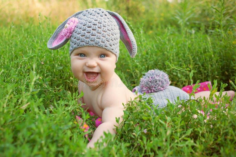 Μωρό που φορά όπως ένα λαγουδάκι ή ένα αρνί στοκ εικόνα
