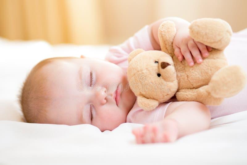 μωρό προσοχής που είναι εκλεκτικός ρηχός ύπνος χειλικής μύτης νηπίων εστίασης πεδίων βάθους στοκ φωτογραφίες