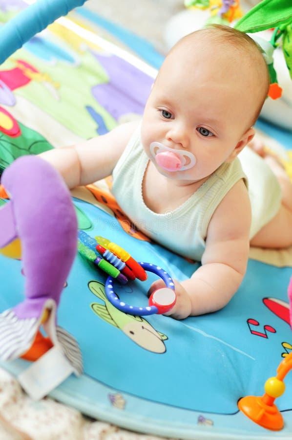 Μωρό στην κουβέρτα στοκ φωτογραφίες