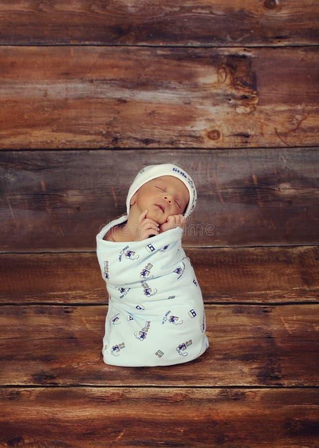 Μωρό στη βαθιά σκέψη στοκ εικόνες