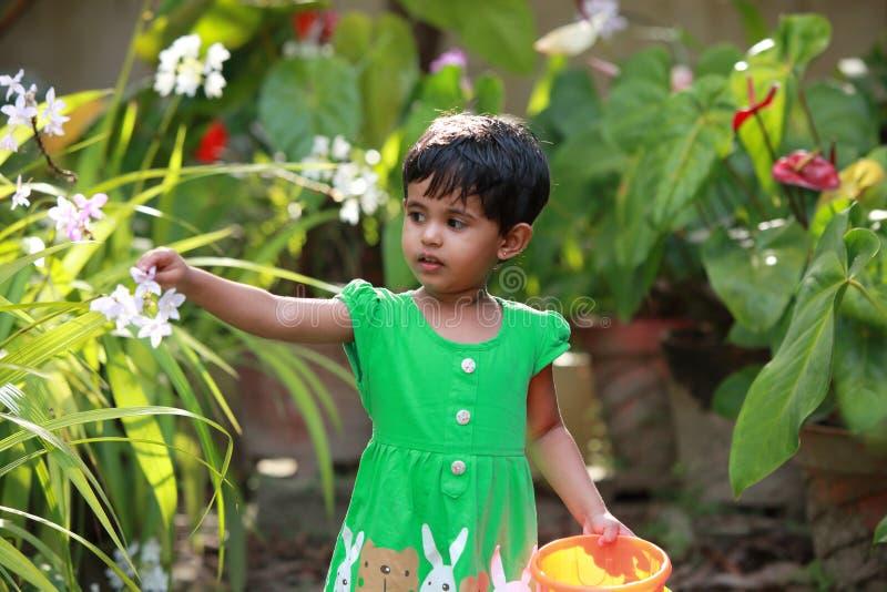Μωρό στον κήπο στοκ φωτογραφίες με δικαίωμα ελεύθερης χρήσης