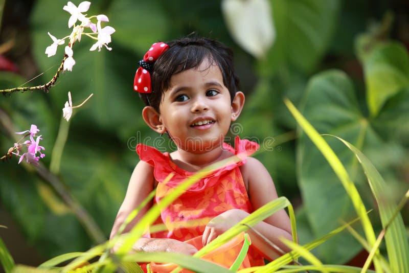 Μωρό στον κήπο στοκ φωτογραφίες