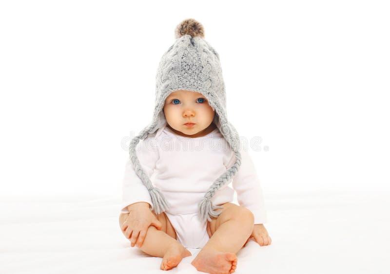Μωρό στο γκρίζο πλεκτό καπέλο στο άσπρο υπόβαθρο στοκ φωτογραφίες