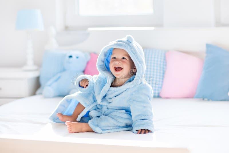 Μωρό στο μπουρνούζι ή πετσέτα μετά από το λουτρό στοκ φωτογραφίες