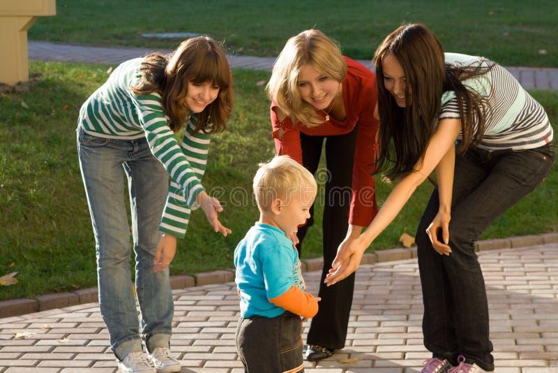μωρό τρία νεολαίες γυναι&kap στοκ εικόνες