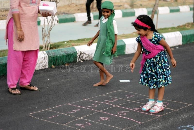 Μωρό Charumathi, 4, εκπαιδευτικό παιχνίδι παιχνιδιού του Hyderabad στο ελεύθερο οδικό πρόγραμμα στοκ εικόνες με δικαίωμα ελεύθερης χρήσης