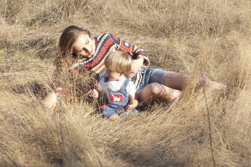 μωρό mom που χαμογελά στοκ εικόνα