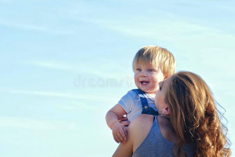 μωρό mom που χαμογελά στοκ φωτογραφία με δικαίωμα ελεύθερης χρήσης