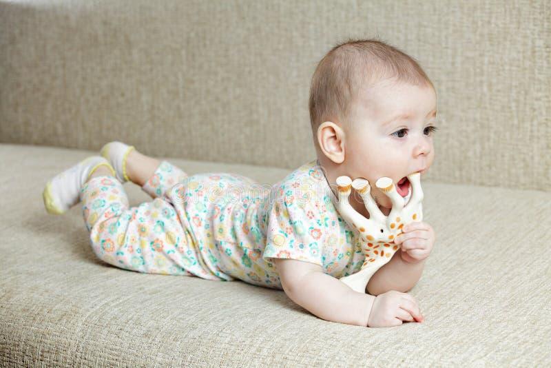 Μωρών με giraffe παιχνιδιών στοκ εικόνες