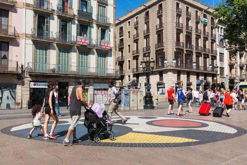 Μωσαϊκό πεζοδρομίων από το Joan Miro στο Λα Rambla στη Βαρκελώνη, Ισπανία στοκ φωτογραφίες