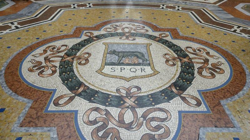 Μωσαϊκό του λύκου Capitoline στο κέντρο του Galleria Vittorio Emanuele ΙΙ παλαιότερη λεωφόρος αγορών του Μιλάνου, Ιταλίας στοκ εικόνες