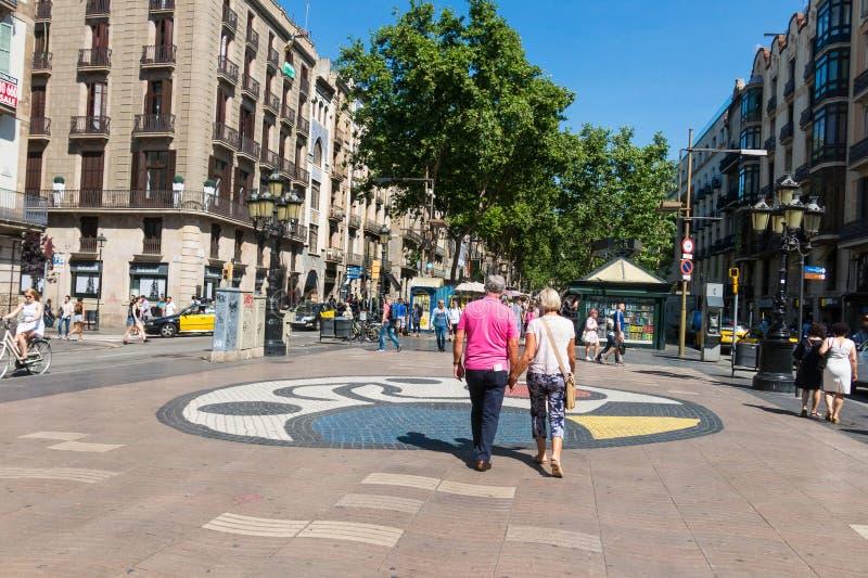 Μωσαϊκό του Joan Miro ` s Pla de λ ` OS στο Λα Rambla Βαρκελώνη Ισπανία στοκ εικόνα