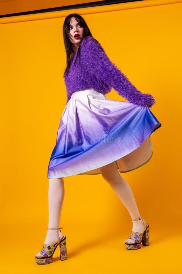 Μόδας πρότυπο πορτρέτο μήκους κοριτσιών πλήρες που απομονώνεται στο πορτοκαλί υπόβαθρο στοκ εικόνες με δικαίωμα ελεύθερης χρήσης