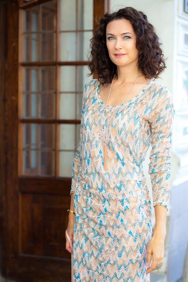 Μόδα Αρκετά μέσης ηλικίας γυναίκα σε ένα όμορφο θερινό φόρεμα στοκ εικόνες