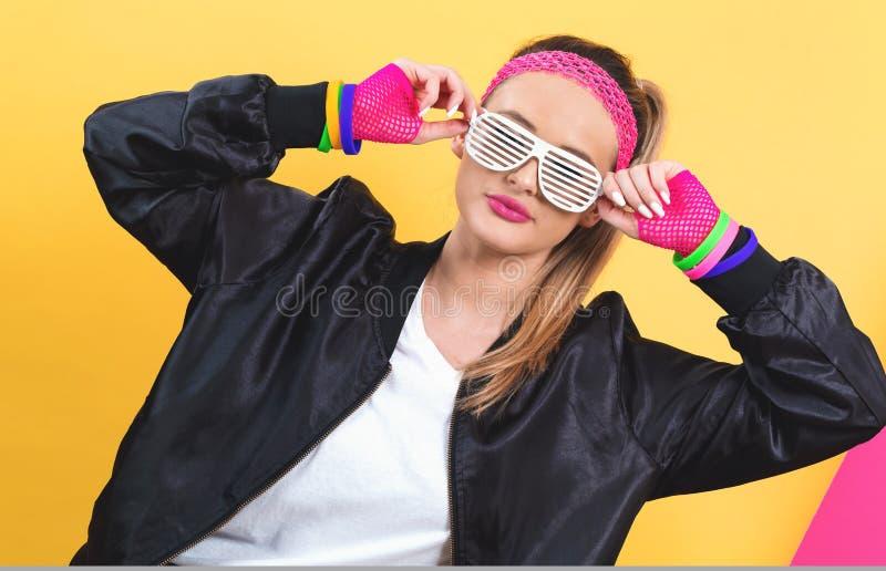 Μόδα γυναικών in 1980 με τα γυαλιά σκιάς κομματιών στοκ εικόνες