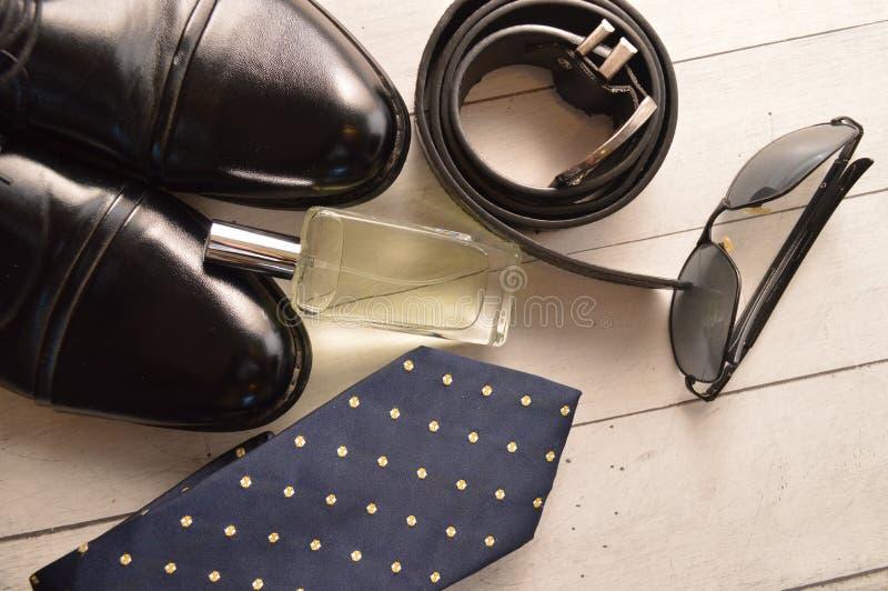 Μόδα εξαρτημάτων ζωνών αρώματος γυαλιών ηλίου δεσμών παπουτσιών ατόμων ιματισμού στοκ εικόνες με δικαίωμα ελεύθερης χρήσης