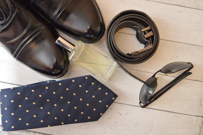 Μόδα εξαρτημάτων ζωνών αρώματος γυαλιών ηλίου δεσμών παπουτσιών ατόμων ιματισμού στοκ εικόνα
