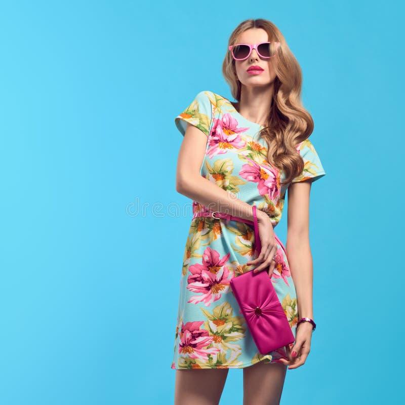 Μόδα Η ξανθή γυναίκα στη μόδα θέτει Floral φόρεμα στοκ εικόνες