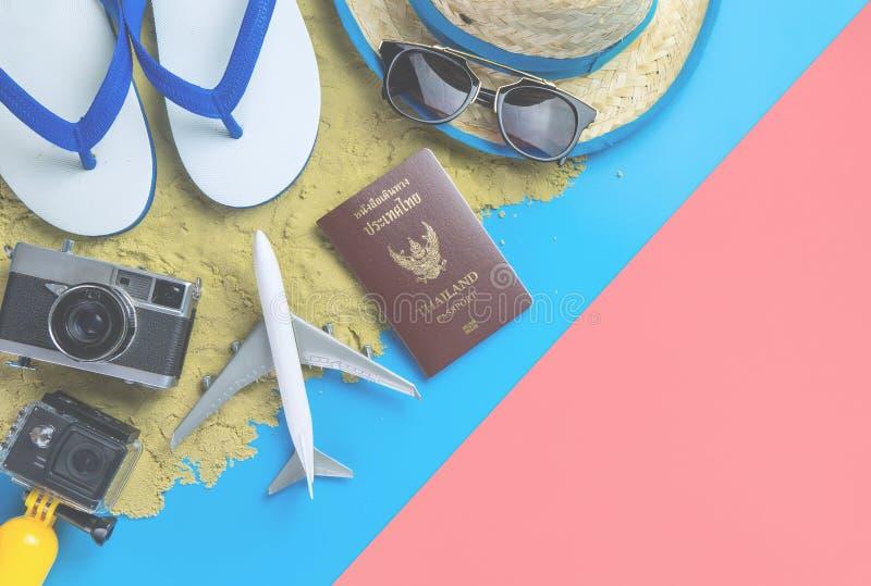 Μόδα θερινών διακοπών παραλιών στο μπλε κίτρινο ρόδινο υπόβαθρο άμμου στοκ φωτογραφία με δικαίωμα ελεύθερης χρήσης