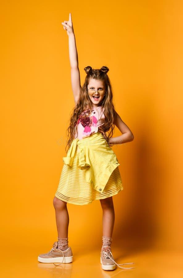 Μόδα και έννοια ανθρώπων: μοντέρνο κορίτσι στα περιστασιακά ενδύματα, τοποθέτηση στοκ εικόνα