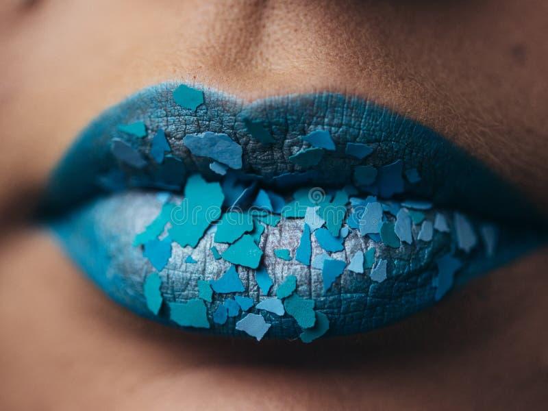 Μόδα και ομορφιά Δημιουργικό χείλι makeup καλλιτεχνικός αποτελέ&sigm Όμορφος μακρο πυροβολισμός των θηλυκών παχουλών χειλιών στοκ φωτογραφίες