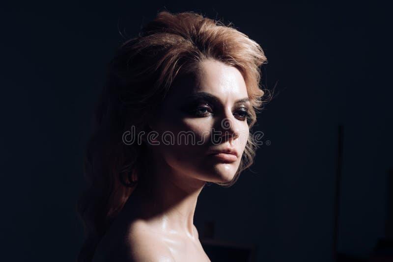 Μόδα και ομορφιά κορίτσι προκλητικό γυναίκα της μόδας Προκλητικό διακοσμητικό makeup ένδυσης γυναικών Γυναίκα με τα μακριά ξανθά  στοκ φωτογραφία με δικαίωμα ελεύθερης χρήσης