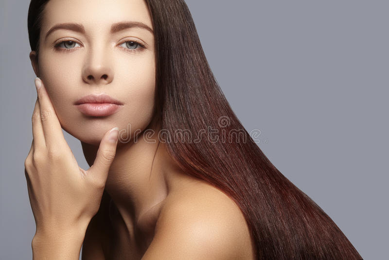 Μόδα μακρυμάλλης Όμορφο κορίτσι brunette, Υγιές ευθύ λαμπρό ύφος τρίχας Πρότυπο γυναικών ομορφιάς Ομαλό hairstyle στοκ φωτογραφία