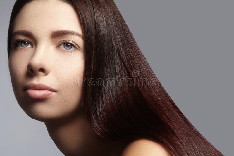 Μόδα μακρυμάλλης Όμορφο κορίτσι brunette, Υγιές ευθύ λαμπρό ύφος τρίχας Πρότυπο γυναικών ομορφιάς Ομαλό hairstyle στοκ φωτογραφία με δικαίωμα ελεύθερης χρήσης