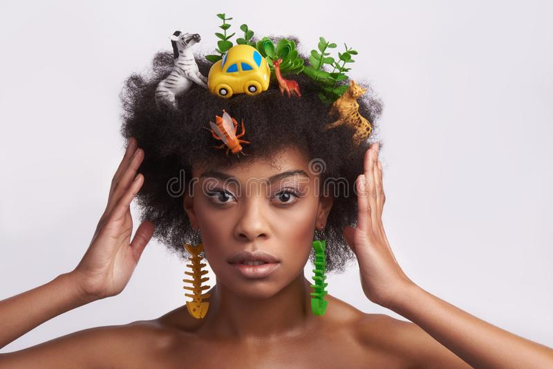 Μόδα που φαίνεται εθνική κυρία με το περίεργο hairstyle στοκ εικόνα με δικαίωμα ελεύθερης χρήσης