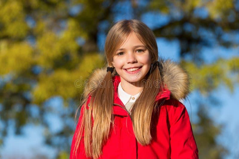 Μόδα πτώσης Παλτό ένδυσης κοριτσιών παιδιών για την εποχή πτώσης Κοριτσιών χαμόγελου προσώπου χαριτωμένο παλτό πτώσης hairstyle μ στοκ εικόνα με δικαίωμα ελεύθερης χρήσης