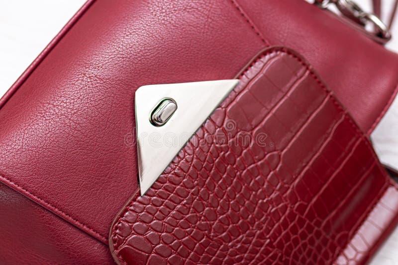 Μόδα συνθετικής δερμάτινης κόκκινης τσάντας σε ξύλινο φόντο Οικολογικό δέρμα στοκ φωτογραφία