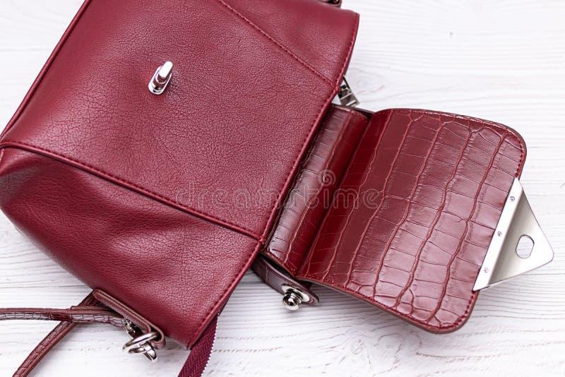 Μόδα συνθετικής δερμάτινης κόκκινης τσάντας σε ξύλινο φόντο Οικολογικό δέρμα στοκ φωτογραφίες