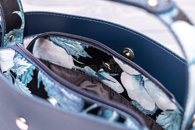 Μόδα συνθετικής δερμάτινης μπλε τσάντα σε ξύλινο φόντο Οικολογικό δέρμα στοκ εικόνες