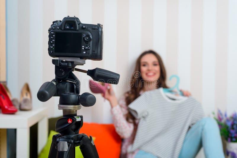 Μόδα blogger που κάνει ένα βίντεο στοκ φωτογραφία με δικαίωμα ελεύθερης χρήσης