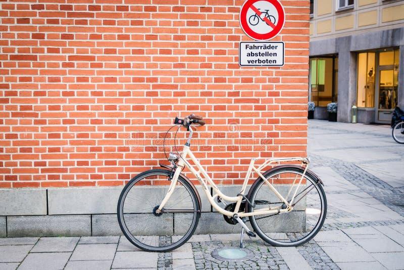 Μόναχο, Γερμανία 17 Φεβρουαρίου 2019 Ποδήλατο στο υπόβαθρο τουβλότοιχος Επιγραφή στο γερμανικό σημάδι απαγόρευσης κανένας χώρος σ στοκ εικόνες