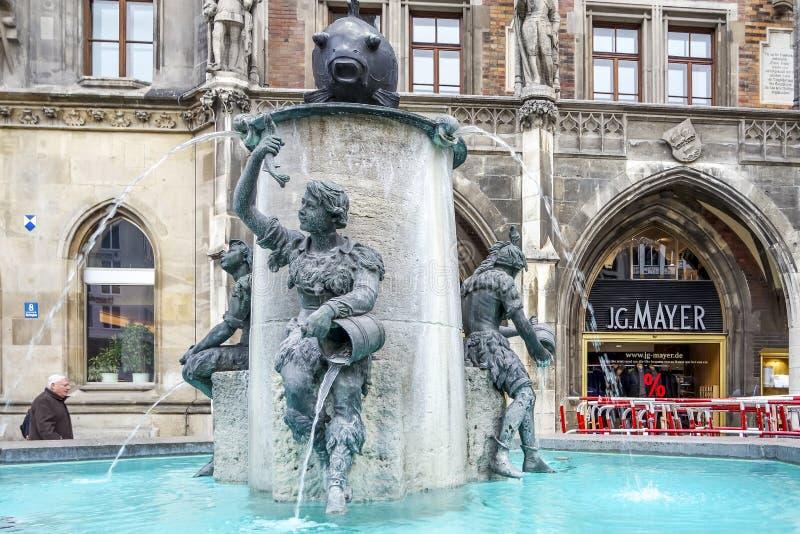 Μόναχο, Γερμανία - 15 Φεβρουαρίου 2018: Το νερό ρέει από τη διάσημη πηγή ψαριών σε Marienplatz στοκ φωτογραφίες