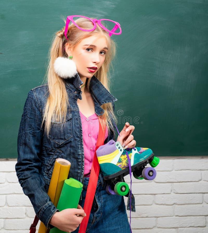 : Μόνες έκφραση και μόδα Φανταχτερή μαθήτρια Σχολική μόδα Δημιουργικός έφηβος Μοντέρνο κορίτσι δημιουργικό στοκ φωτογραφία με δικαίωμα ελεύθερης χρήσης