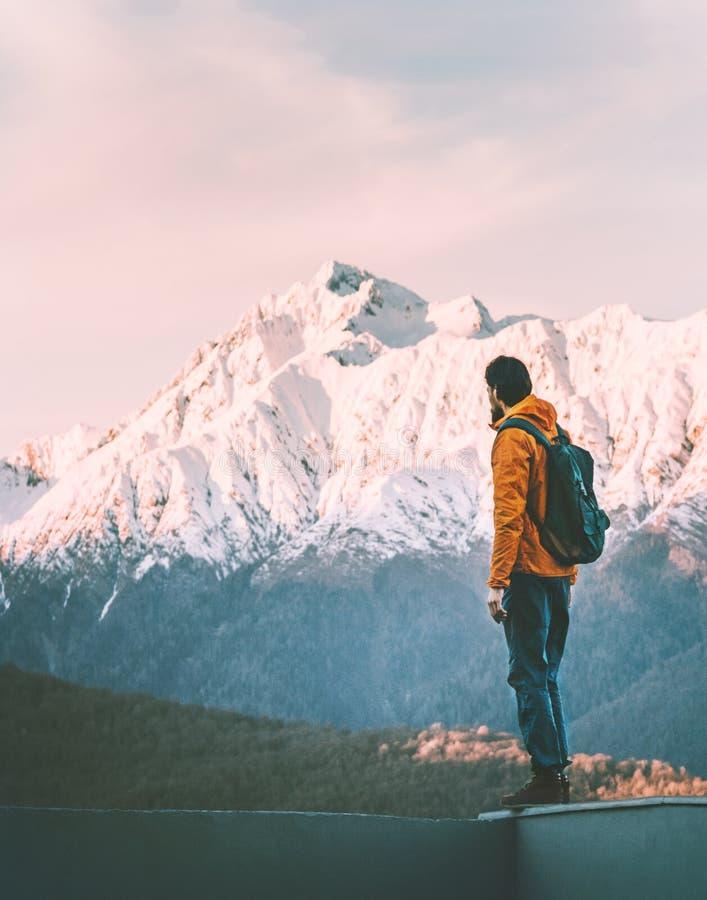 Μόνη άποψη βουνών ηλιοβασιλέματος απόλαυσης τυχοδιωκτών ατόμων στοκ φωτογραφία με δικαίωμα ελεύθερης χρήσης