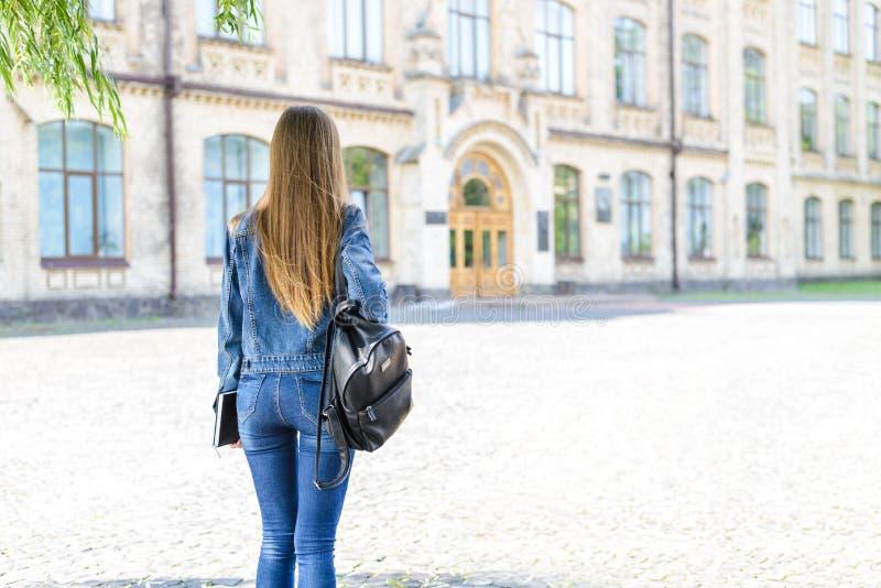 Μόνη έννοια ανθρώπων τρόπου ζωής ενηλικίωσης Οπίσθιο τμήμα πίσω από το στενό επάνω πορτρέτο φωτογραφιών άποψης του αρκετά έξυπνου στοκ φωτογραφία με δικαίωμα ελεύθερης χρήσης