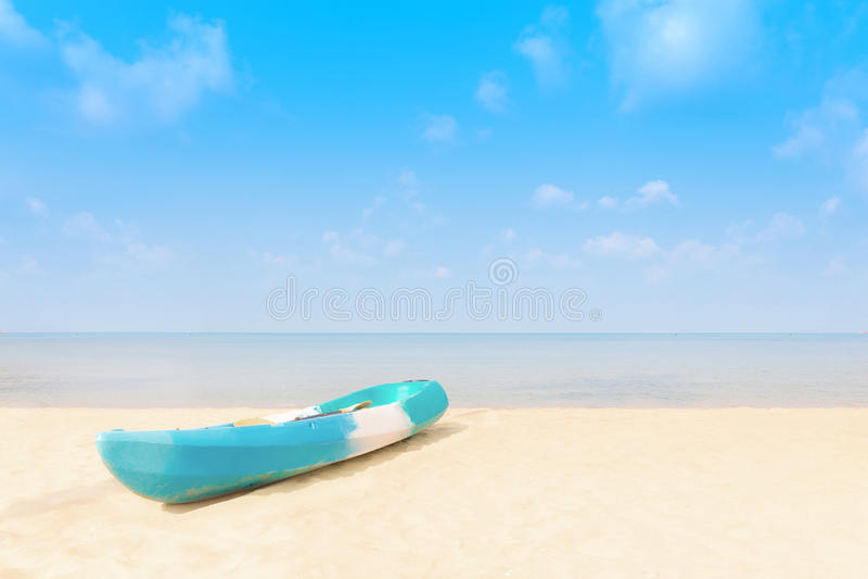Μόνη βάρκα καγιάκ σε μια τροπική παραλία, Ταϊλάνδη - (Καλοκαίρι, Trav στοκ εικόνες