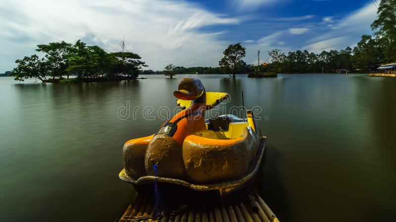 Μόνη βάρκα παπιών που περιμένει χρησιμοποιημένος στοκ φωτογραφία
