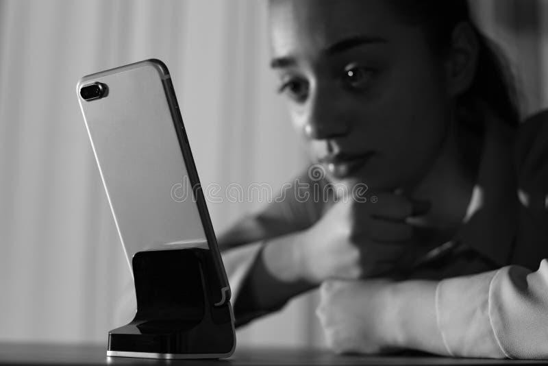 Μόνη γυναίκα με το κινητό τηλέφωνο στον πίνακα στο εσωτερικό, διάστημα για το κείμενο r στοκ εικόνες με δικαίωμα ελεύθερης χρήσης