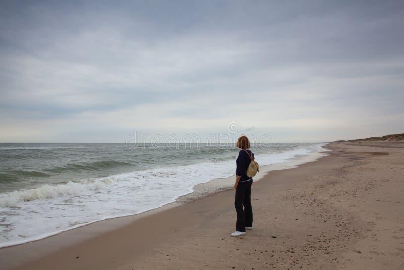 μόνη γυναίκα παραλιών Γιουτλάνδη, Δανία στοκ φωτογραφία