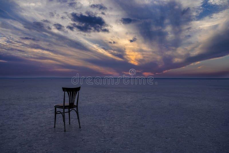 Μόνη καρέκλα στην αλατισμένη λίμνη στοκ φωτογραφία με δικαίωμα ελεύθερης χρήσης