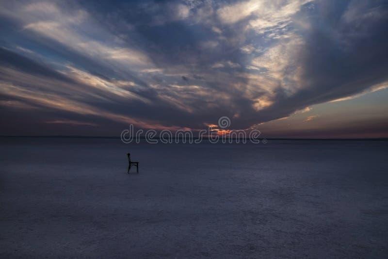 Μόνη καρέκλα στην αλατισμένη λίμνη στοκ φωτογραφίες