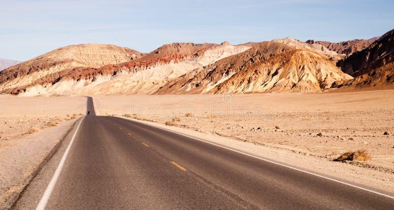 Μόνη κοιλάδα θανάτου λεκανών Badwater εθνικών οδών αυτοκινήτων μακριά στοκ φωτογραφία με δικαίωμα ελεύθερης χρήσης