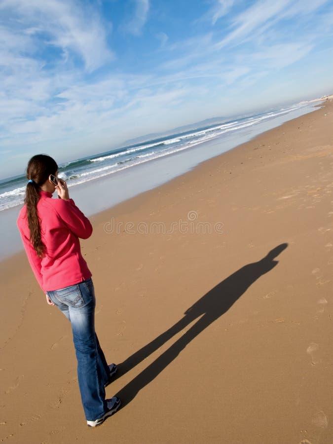 μόνη περπατώντας γυναίκα στοκ φωτογραφία με δικαίωμα ελεύθερης χρήσης