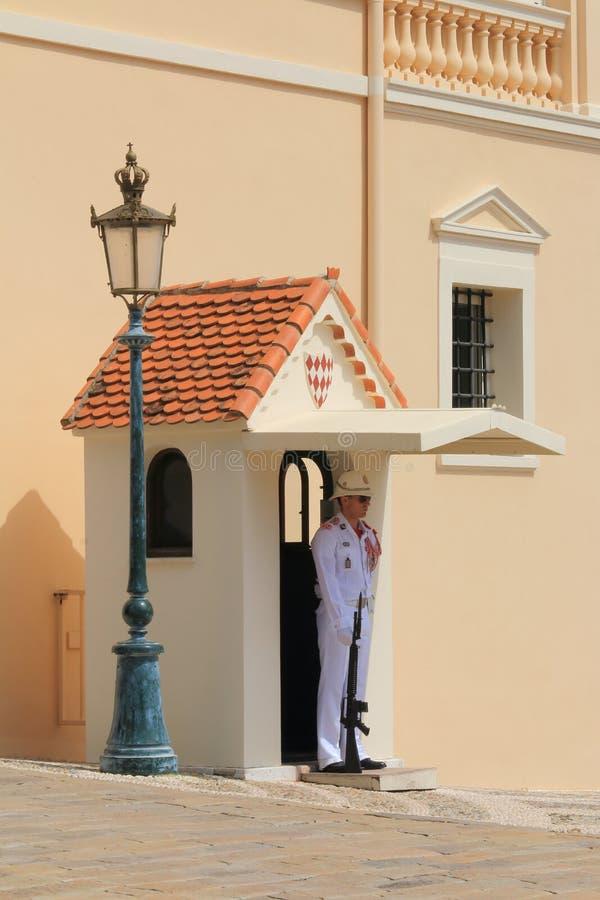 Μόνη προσέχοντας φρουρά κοντά στο παλάτι πριγκήπων ` s, Μονακό στοκ φωτογραφίες με δικαίωμα ελεύθερης χρήσης