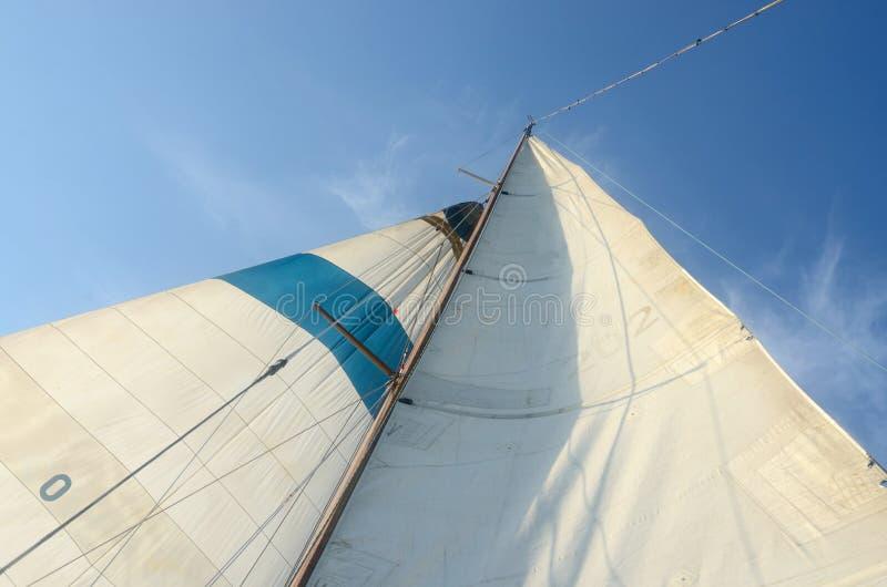 Μόνιμα και τρέχοντας ξάρτια παλαιών βαρκών - mainsail, staysaill, ιστός στοκ εικόνα